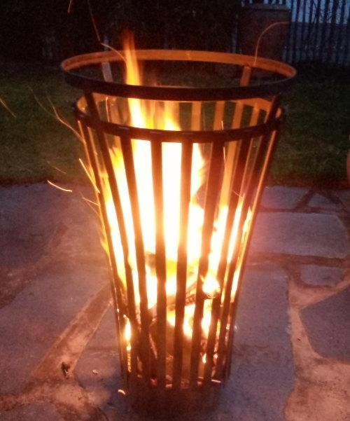 Gesamtansicht Feuerkorb brennend